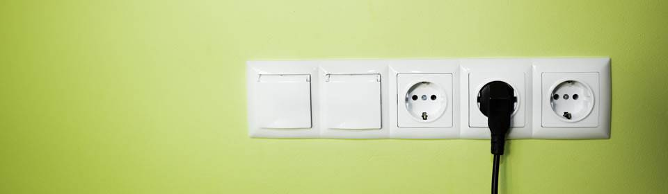 stopcontacten in groene muur